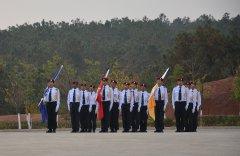 云南东方时尚举行第一次升旗仪式