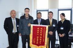 云南东方时尚驾校学员为教练员送锦旗